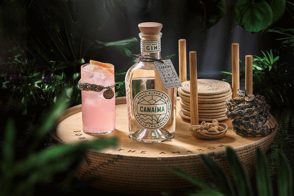 Canaima Gin Flasche mit Drink und Accessoires auf einem Korb im Dschungel